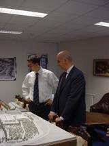 zleva: pan Mejstřík ukazuje panu MacInnesovi model Arény Liberec