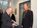 Americký velvyslanec v ČR William J. Cabaniss a hejtman Libereckého kraje Petr Skokan při předávání upomínkových předmětů