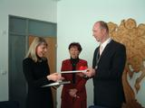 Hejtman Petr Skokan předává dárky europoslankyni Lidii Joanně Geringer de Oedenberg