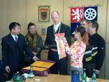 Hejtman při předávání dárků s čínskou delegací