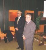 Hejtman Pavel Pavlík dnes 26. 11. 2003 oficiálně představil zaměstnancům Nemocnice s poliklinikou Česká Lípa nového ředitele Ing. Miroslava Vacka (v pozadí)
